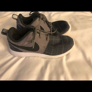 Boys Grey Plaid Nike shoes size 1.5